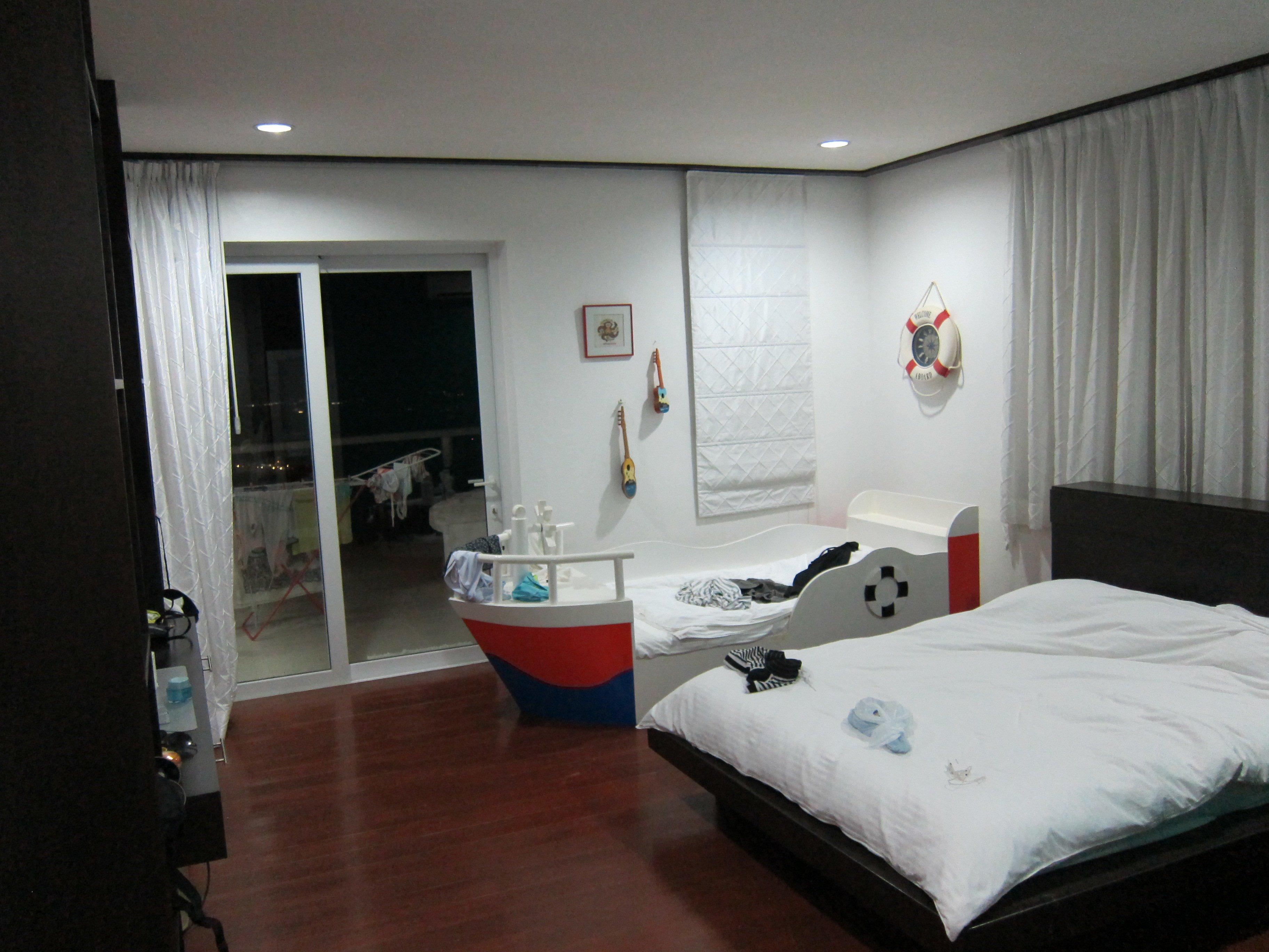 第二間房也有落地窗通往露台。