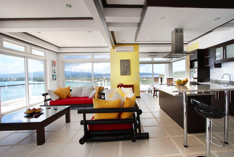 270度的環迴海景由兩邊落地窗包攬,屋內三個主區包括客廳、飯廳及廚房一目了然。