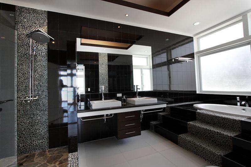 主人房內的浴室,空間大不特止,還有按摩浴池(jacuzzi)供享用。