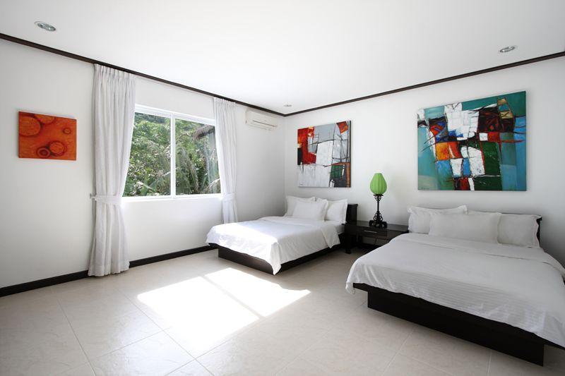 第三間房被同行友人喻為「工人房」(compare to兩間房),雖然無露台,但有園林景,而且空間夠大,有書檯及大衣櫃,不算「屈質」,房內有一張雙人床及一張單人床。