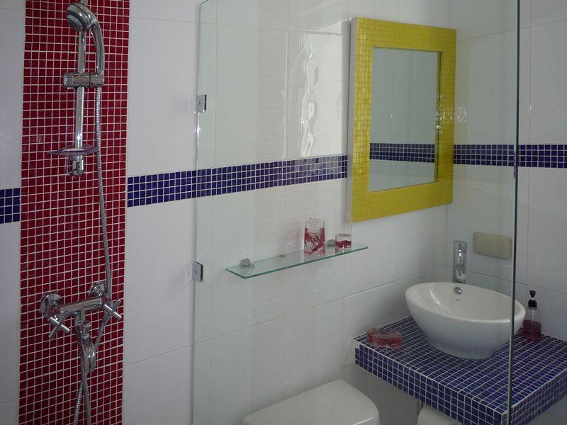 另一個浴廁只設花灑沖涼企缸,位於玄關側。