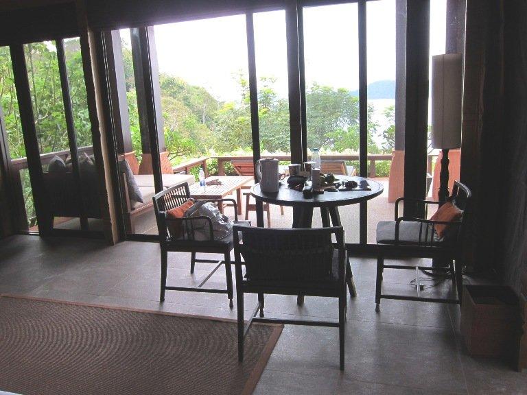 室內沒有沙發,但有一個小小的飯廳。