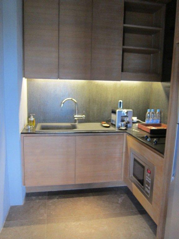 廚房不大,最主要作用是泡杯麵和沖咖啡(有咖啡機配備)