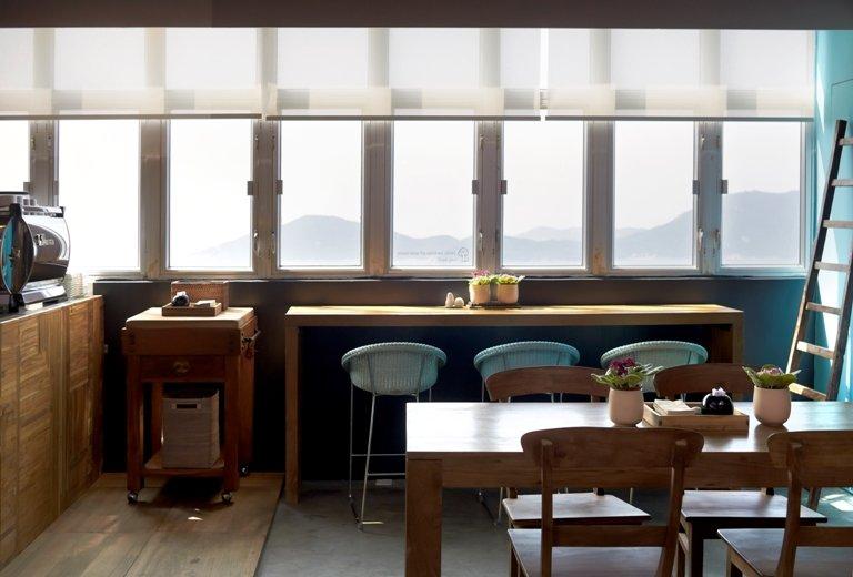 靠着收銀處的窗口位可以望到無敵海景。