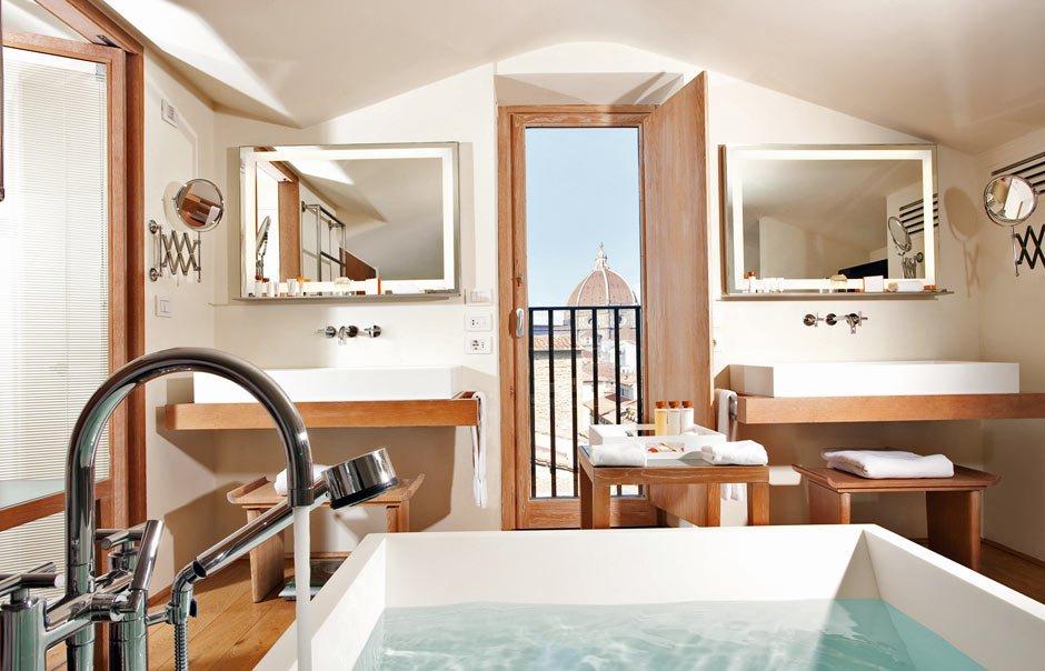 樓上的浴室靚到O嘴,而所有沐浴產品都是Salvatore Ferragamo出品的。