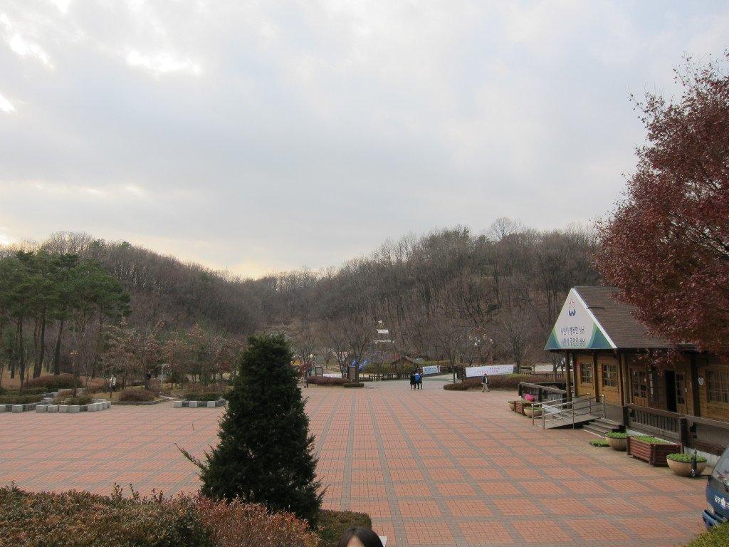 栗洞公園距離書硯站約有五分鐘的士車程。