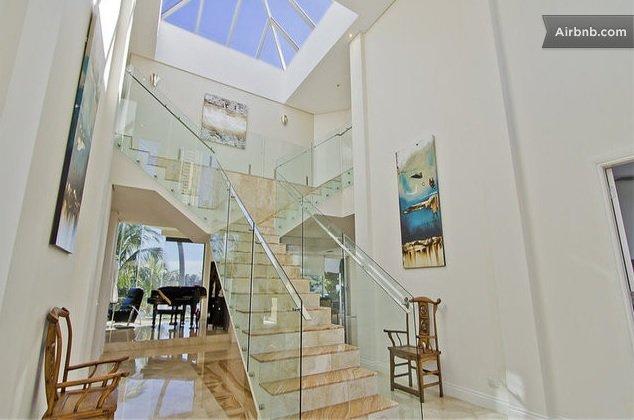 上樓睇房啦,玻璃樓梯夠夢幻。