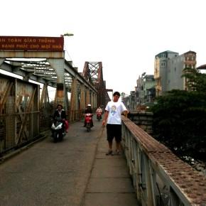 新認識的美國男生Brett,攝於紅河上的Long Bien Bridge