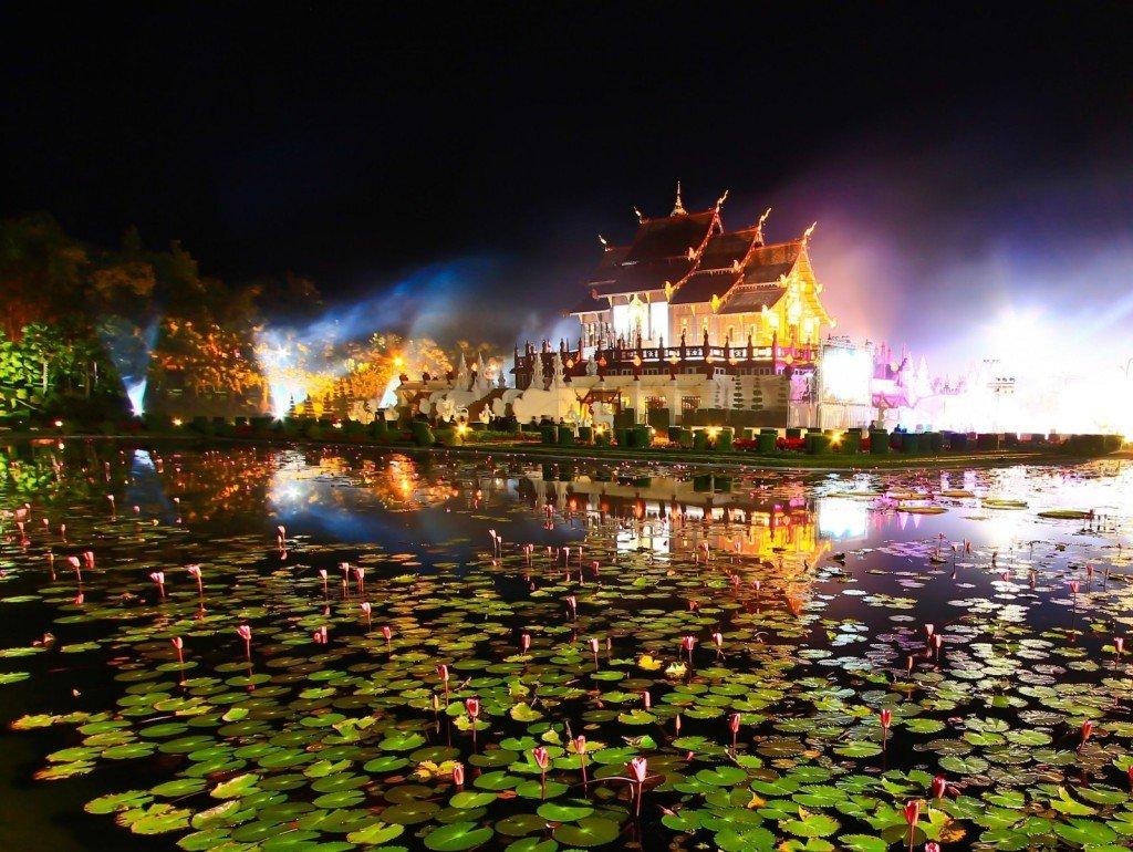 清邁水燈節(Loy Krathong Festival, Chiang Mai)每年11 月舉行,規模僅次於「潑水節」,把蓮花燈放在河上祈福,另有「萬人放天燈」活動。