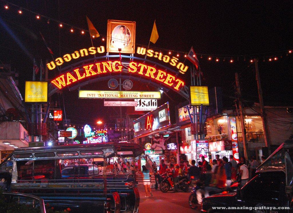 芭堤雅合法紅燈區Walking Street,整條街都是酒吧。