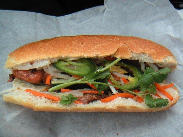 越式法包Bahn Mi有點像豬扒包混subway餡料,以鵝肝醬塗抹,清新惹味。