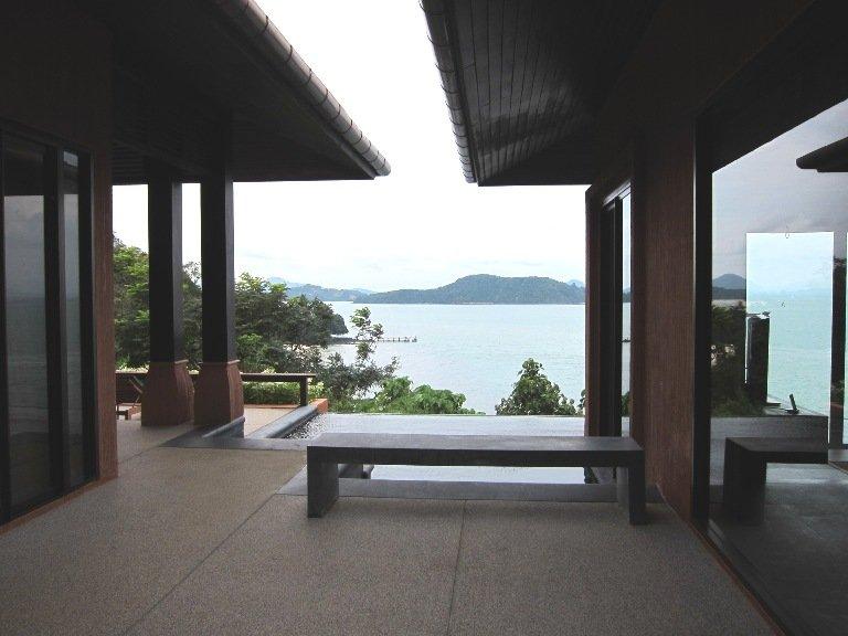 一入到Villa,左手邊是普通房,右手邊是豪華房,中間則是infinity pool。