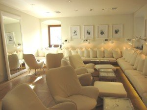 大堂的common area,用非常簡單的白色營造出品味優雅的空間。