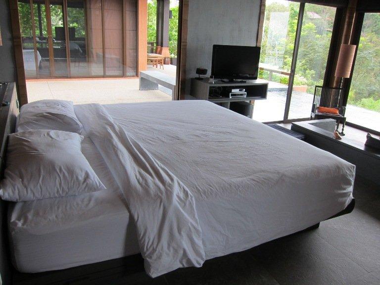 豪華房的king bed,準備入睡當下發現有些蚊滋在床單上﹗Gosh﹗立刻請服務員來收拾下下。