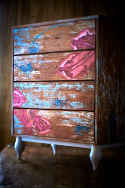 用自然紋理的柚木,加手繪大紅花圖案,添了一分藝術感。