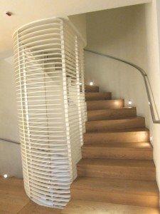 由於酒店只有三層高,行樓梯是環保方案。