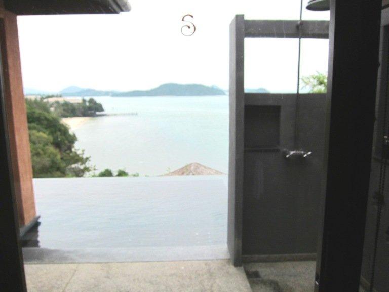 連接浴室的泳池,也有室外花灑,游完水可先沖身才入房。