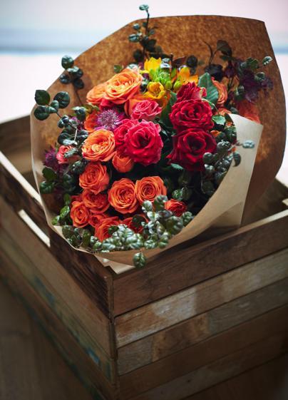 花束的設計跟市面上其他花店有點不同,很能有TREE一貫的格調,有種低調的品味,包裝紙也是木色的牛皮紙,不會給人俗氣「娘」味的感覺。
