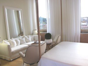 Penthouse Consorti有四百八十呎大,雙人床貼住沙發位置,最愛那白色主調加木地板的裝潢,加上充足的日光,令整間房看起來溫暖寫意,不會有硬綁綁的感覺。