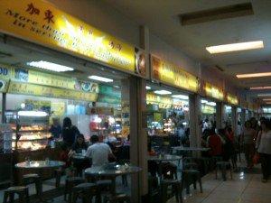 美食到處也是,最想吃到的,卻是這間想不起名字的「加東叻沙」,位於328叻沙附近的商場地下,有幾間相連,多為本地人。有人知道它的店名嗎?