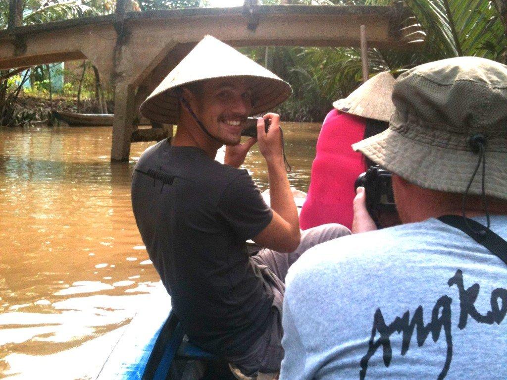 坐在小舟上遊覽湄公河,每人會獲派越南草帽一頂。