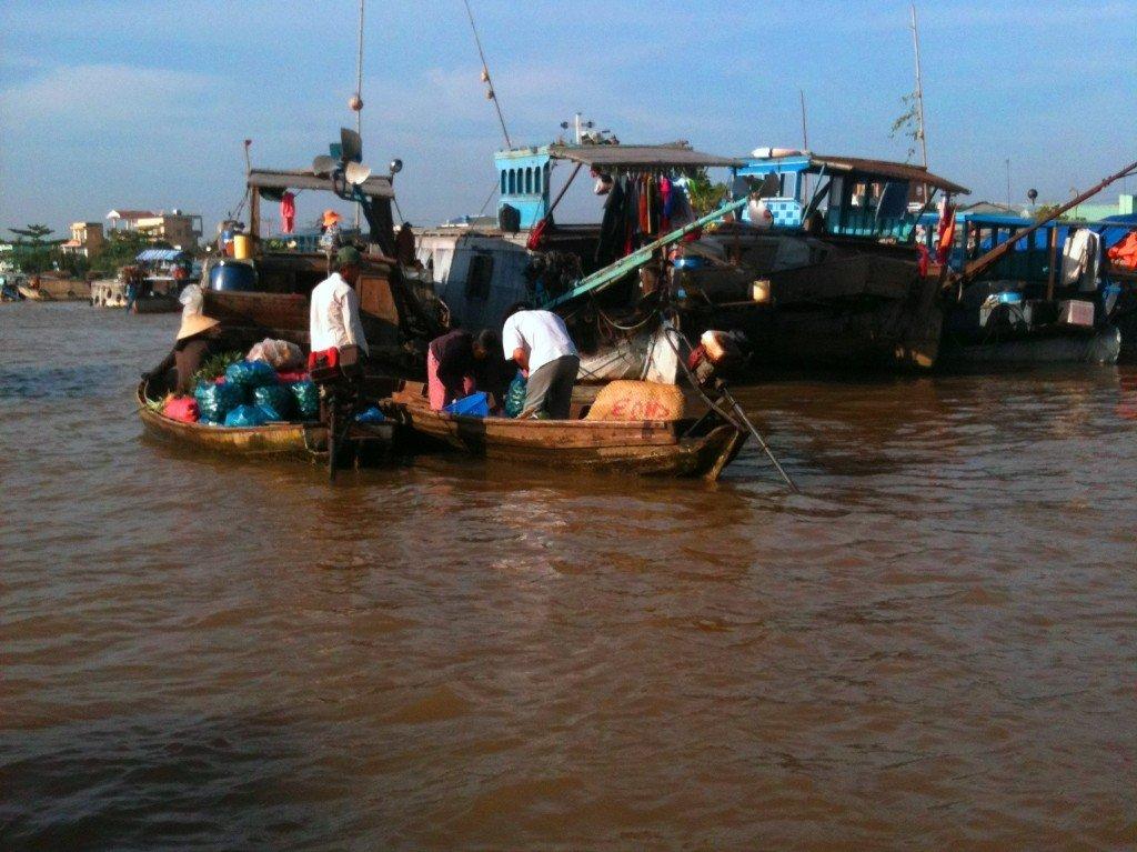 漁夫們在湄公河一帶賣水果。