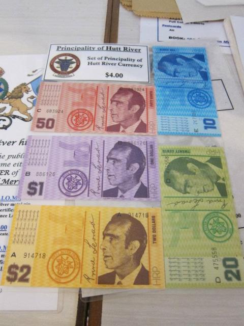 該國發行的鈔票,可以澳紙購買,當然,「出國」後,紙幣在澳洲是不獲承認的。