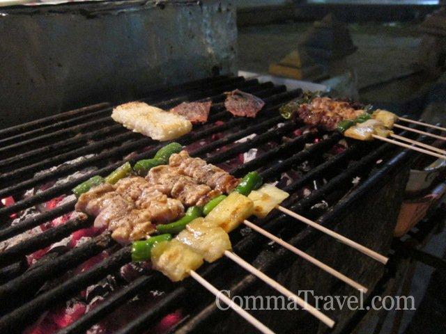 塔佩門旁的阿叔串燒,THB5-10一串,適合胃小又想試很多食物的人。