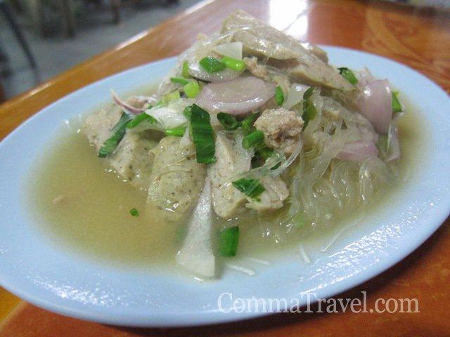 泰式豬肉涼伴麵,雖然一點都不涼,但酸味醒胃。