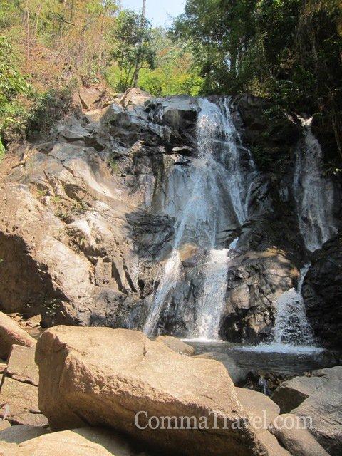到了瀑布!本來想在Waterfall下游水,但十多雙眼睛望住,得一個人游,有點怯場……