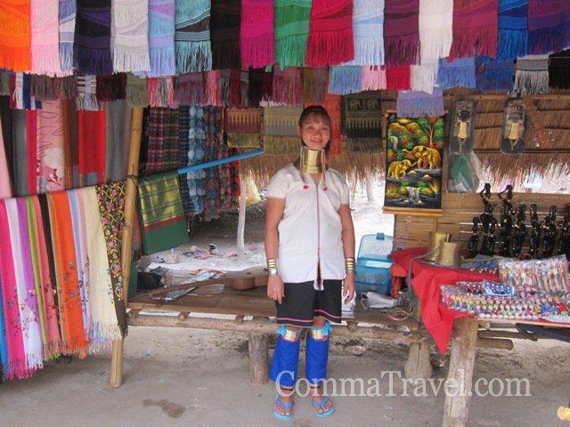 最後是參觀長頸族,族人依賴賣手工品及小飾物生活,如要買點小手信,可以在這裡買,支持一下他們。