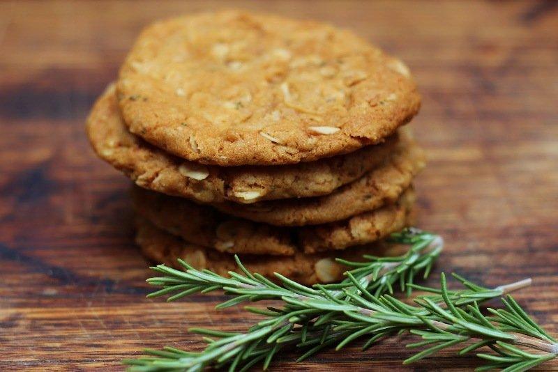 迷迭香(Rosemary)代表思念,ANZAC Cookies是「士兵餅」。