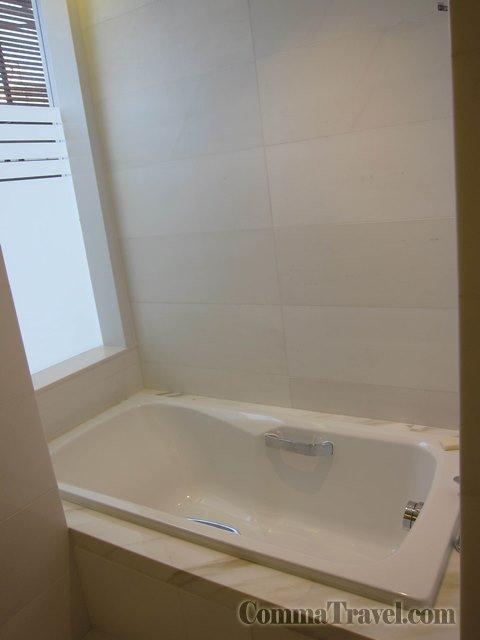 右手邊就是浴缸了,設計同樣簡單冇花巧。