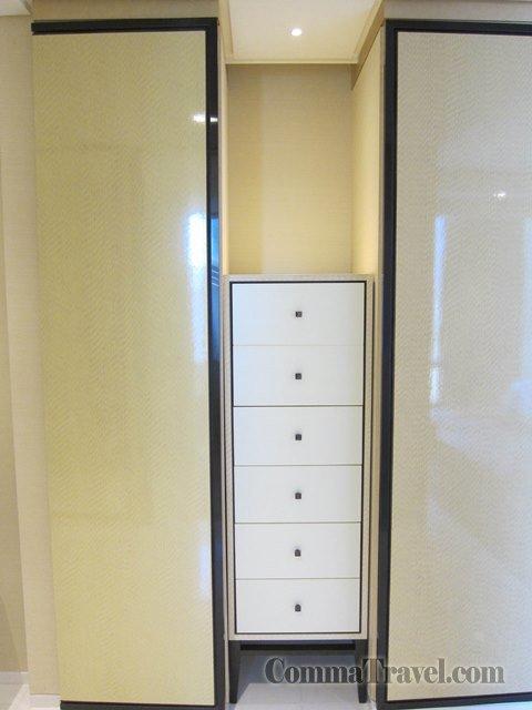 兩邊都是衣櫃,特別是中間有一排櫃筒。