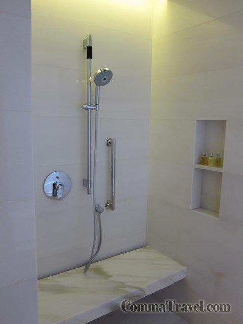 浴室左手邊是沐浴花灑。