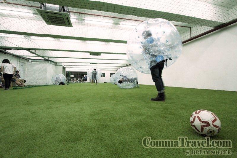 泡泡足球,雖然係足球,但重點似乎係撞人多過踢波……