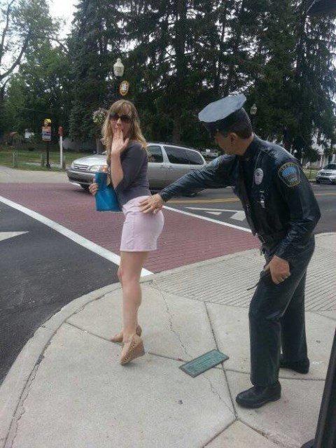 點解個警察的pose會配合得咁好?