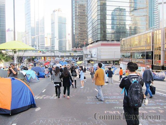 走近中心區域,到處是帳篷,氣氛嚴肅起來。