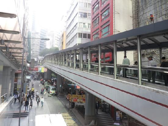 沿上環漫步,悠閒地走至中環街市半山長梯的起點,此長梯為全球最長的戶外有蓋行人扶手電梯,走完需時20分鐘,但我們走了15分鐘才到一半,最終沒有走完便,便轉至荷里活道,向文武廟方向走:P  (圖片來源:Tripadvisor)