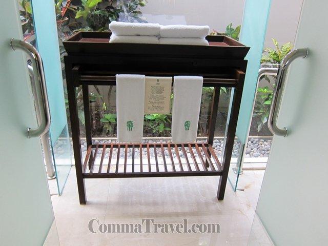 通過洗手台便是全玻璃設計的浴室,右手邊是廁所,左手邊是淋浴間。