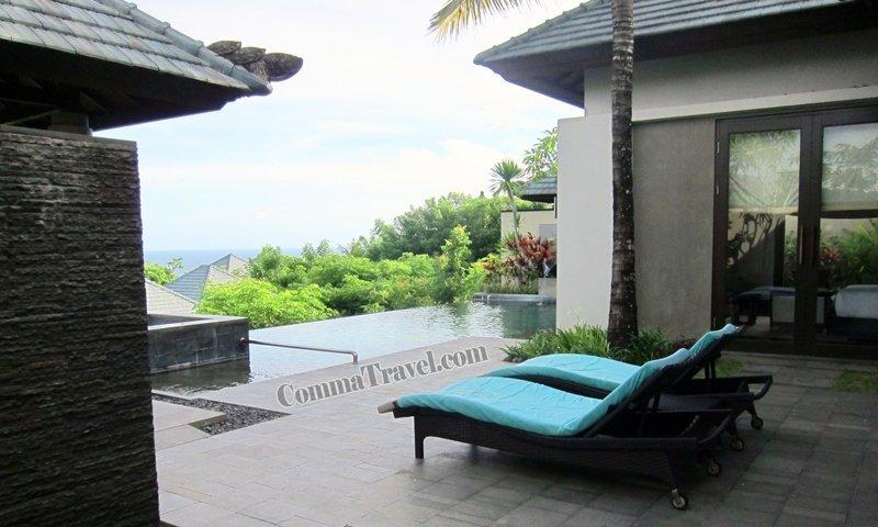 繞返室外,客廳落地玻璃門外有兩張曬太陽的躺椅。