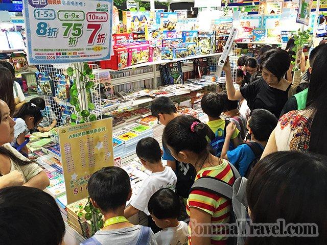 大人小孩也瘋狂看書。