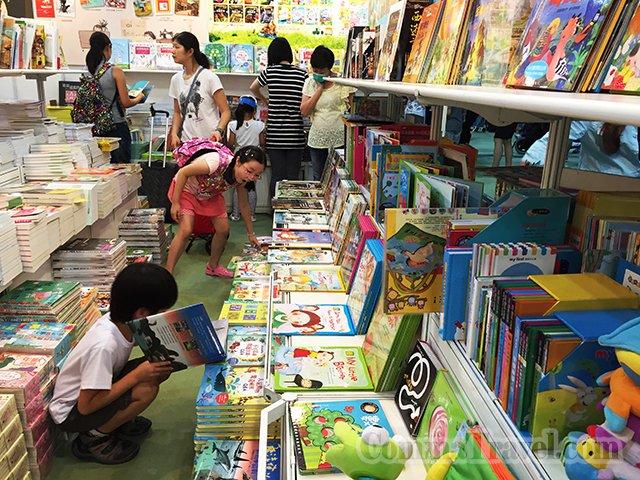 家長們搶書的同時,小孩們自得其樂。