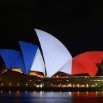 【新聞‧全球】全球地標亮藍白紅燈為法國祈福